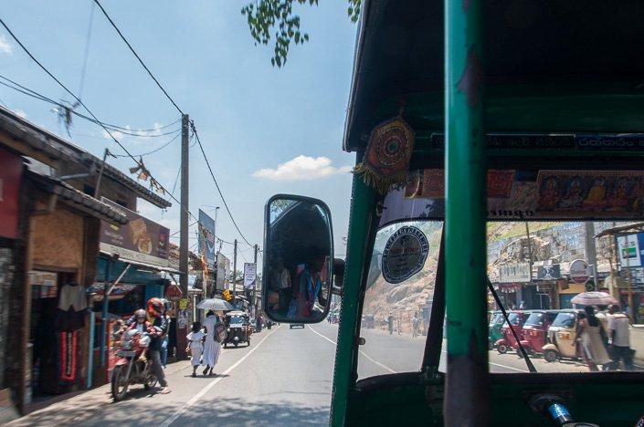 التوك توك في شوارع كاندي رحلتي الى سريلانكا 2016